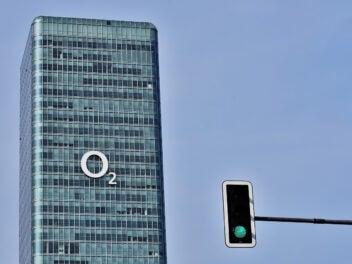 Die O2-Zentrale in München mit grüner Ampel