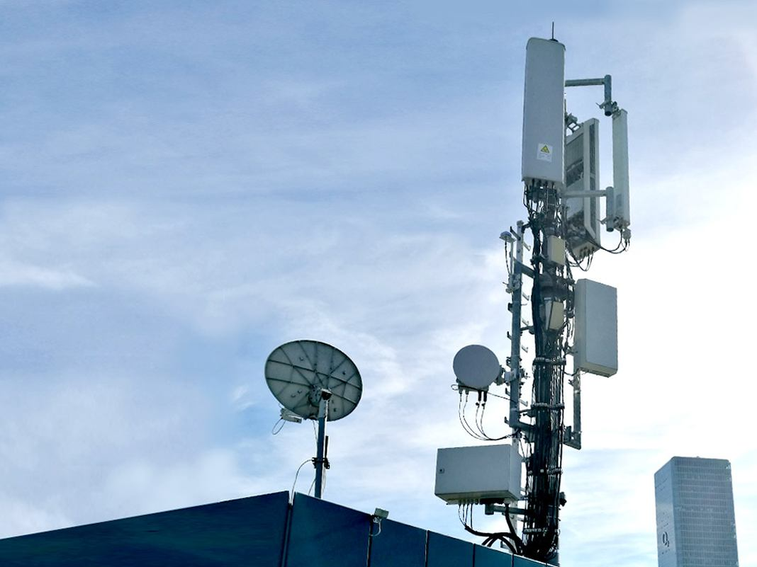O2 Sendemast auf einem Dach