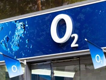 O2 Logo an einem Shop mit Fahnen