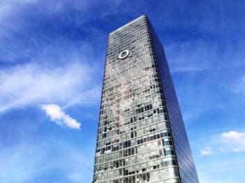 O2 Tower in München vor blauem Himmel
