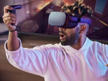 Man mit aufgesetzter Oculus Quest und einem Controller in der Hand