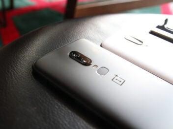 Graues OnePlus 6 auf Lederstuhl