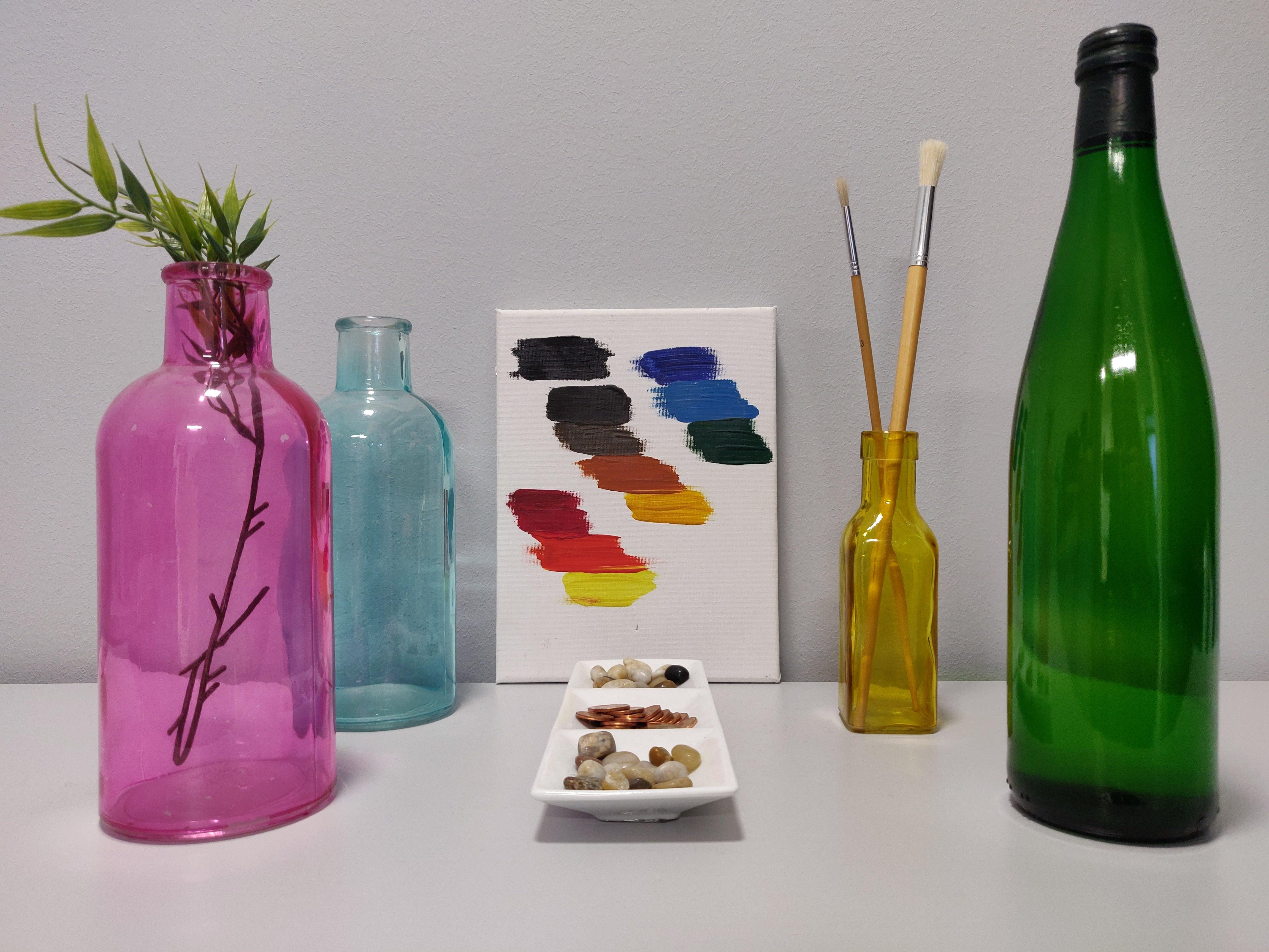 Flaschen, Münzen und Farbtafel, fotografiert mit dem OnePlus 6T ohne Blitz