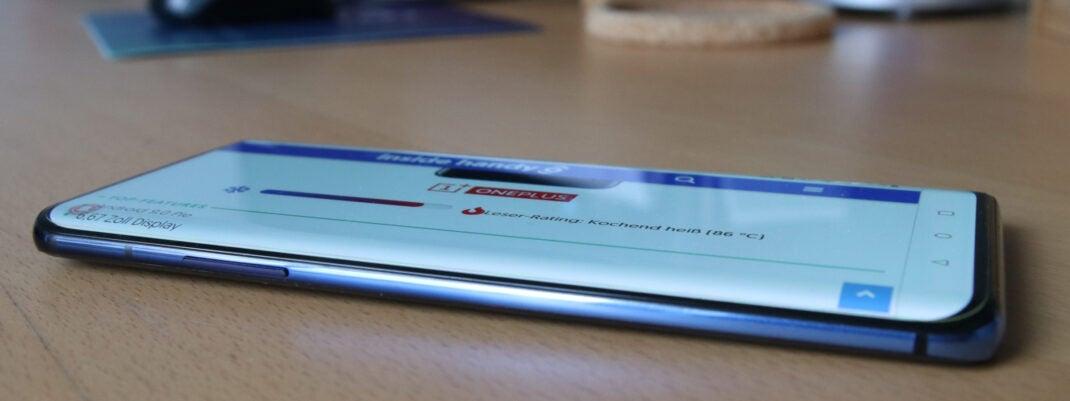 OnePlus 7 Pro mit angeschaltetem Display