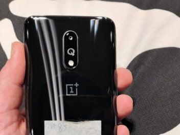 Die Rückseite OnePlus 7, in der Hand gehalten
