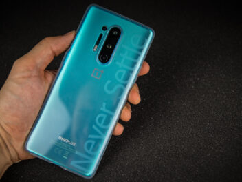 Heck des OnePlus 8 Pro in der Hülle im Hands-On