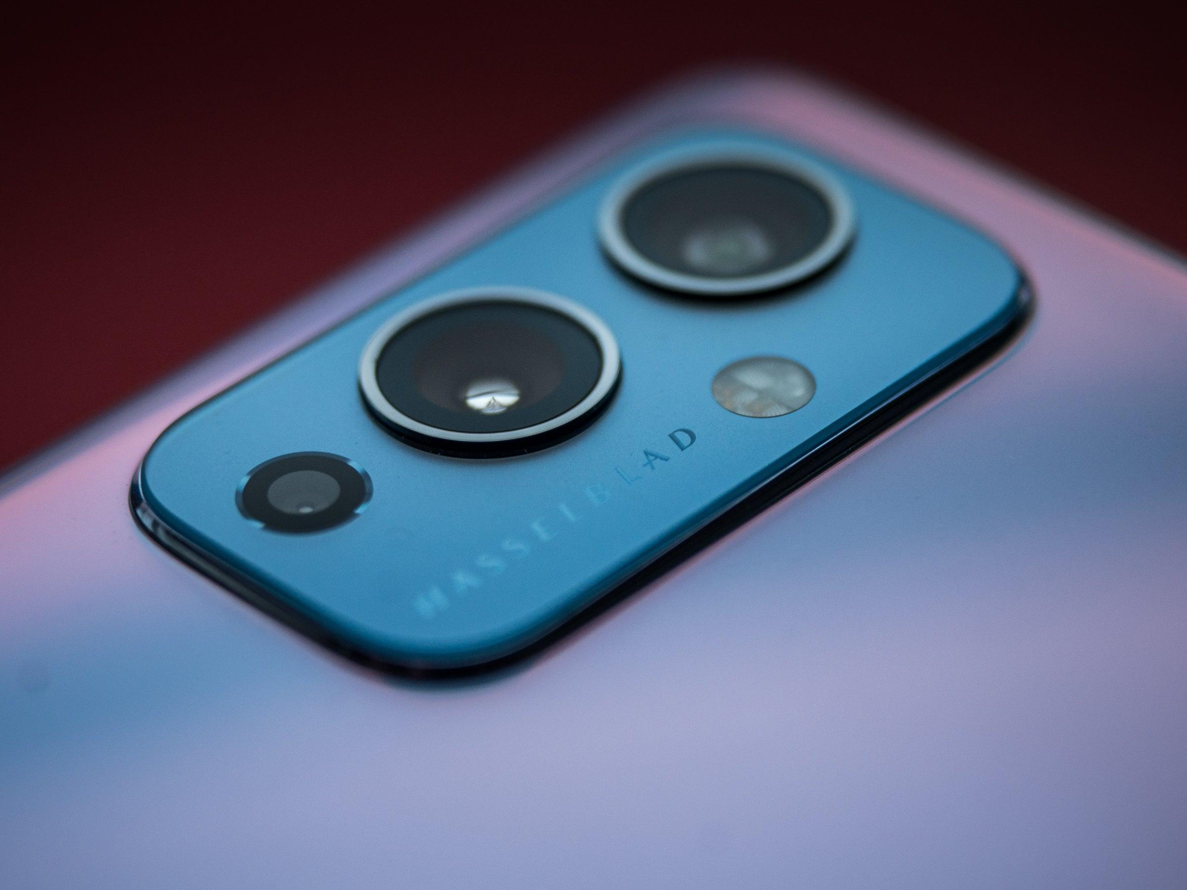 Drei Kameras, von denen zwei Fotos machen können