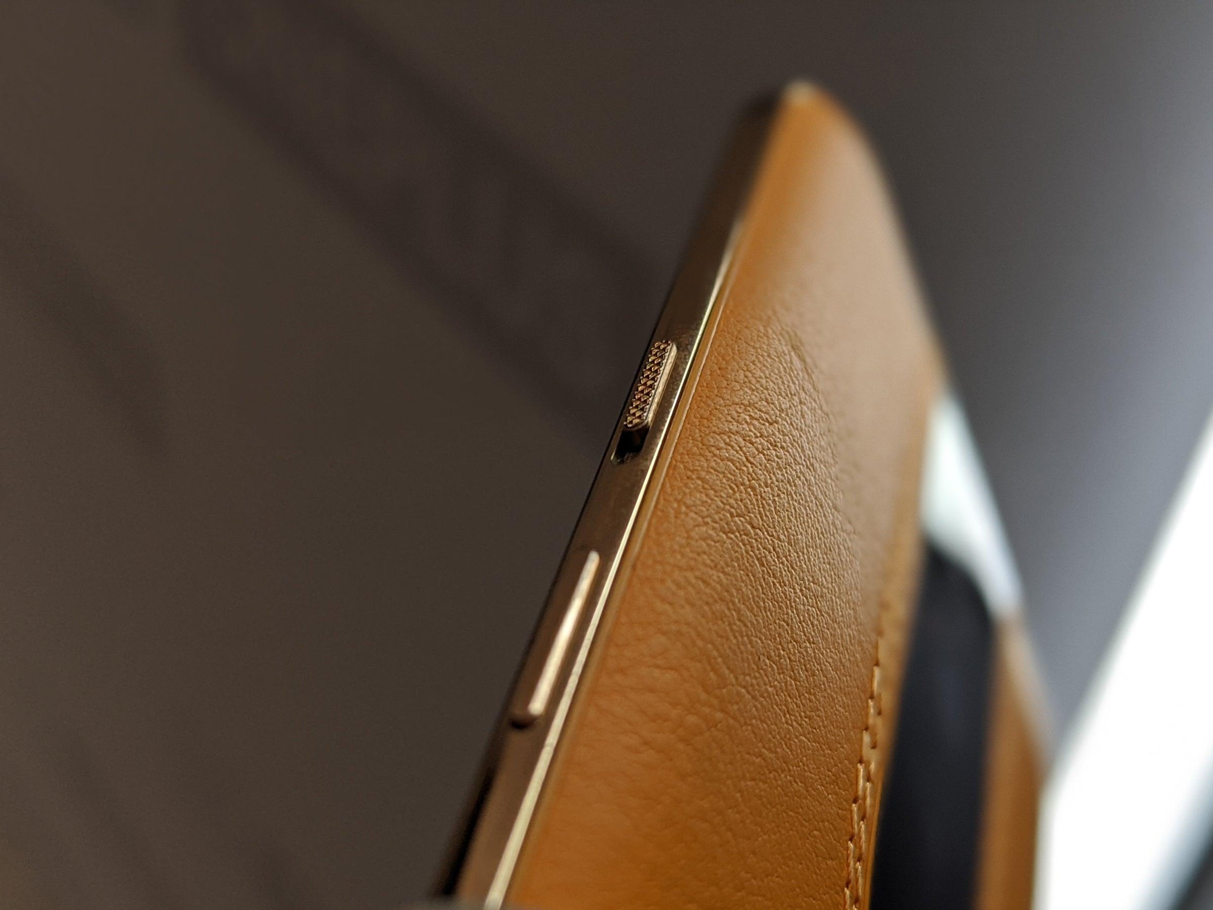 Goldener Seitenrahmen des OnePlus Concept One