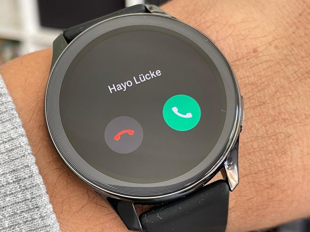 OnePlus Watch signalisiert einen eingehenden Anruf.