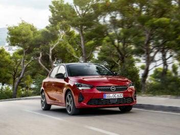 Opel Corsa fährt auf der Straße.