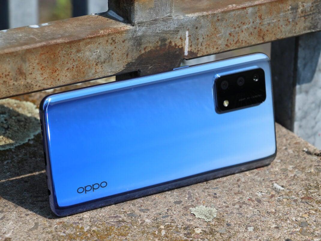 Die Rückseite des Oppo A74