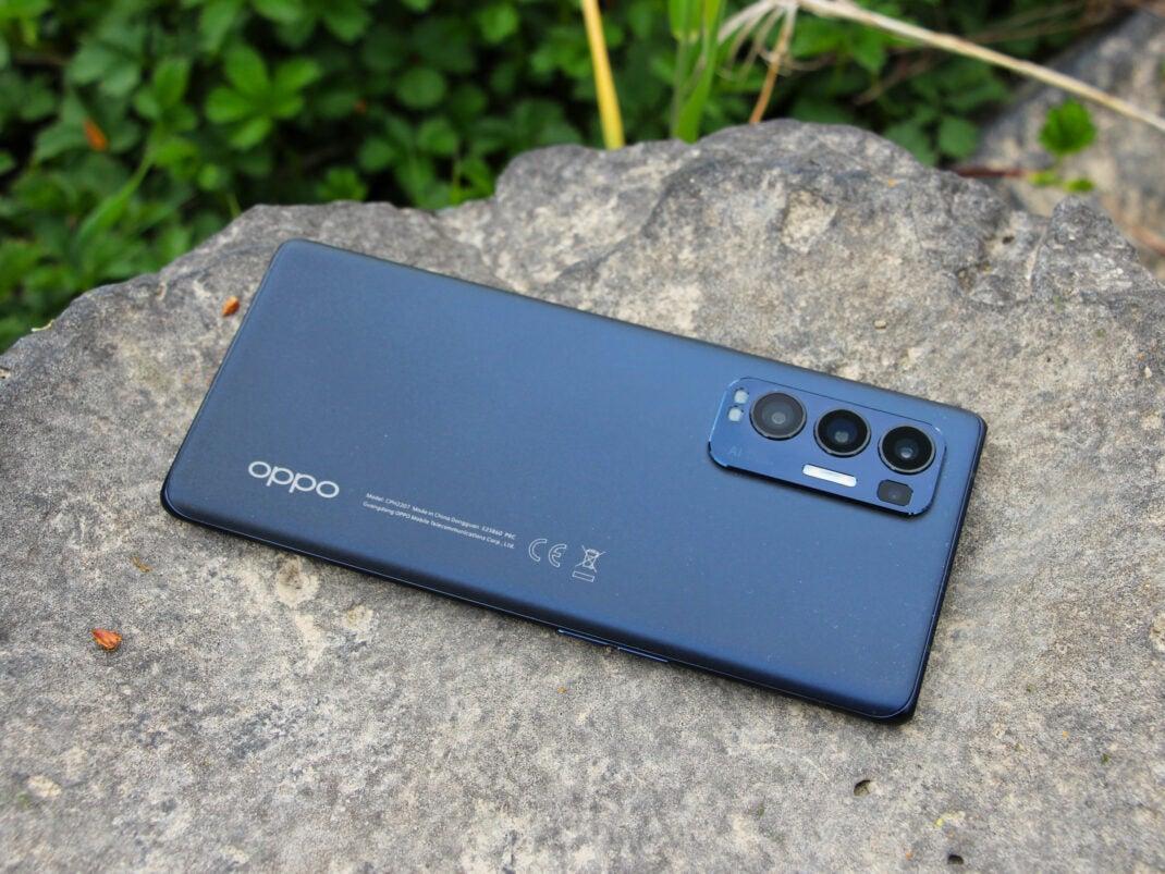 Die Rückseite des Oppo Find X3 Neo in Blau