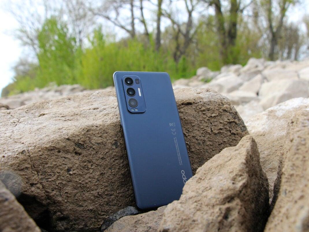 Das Oppo Find X3 Neo auf einem Stein