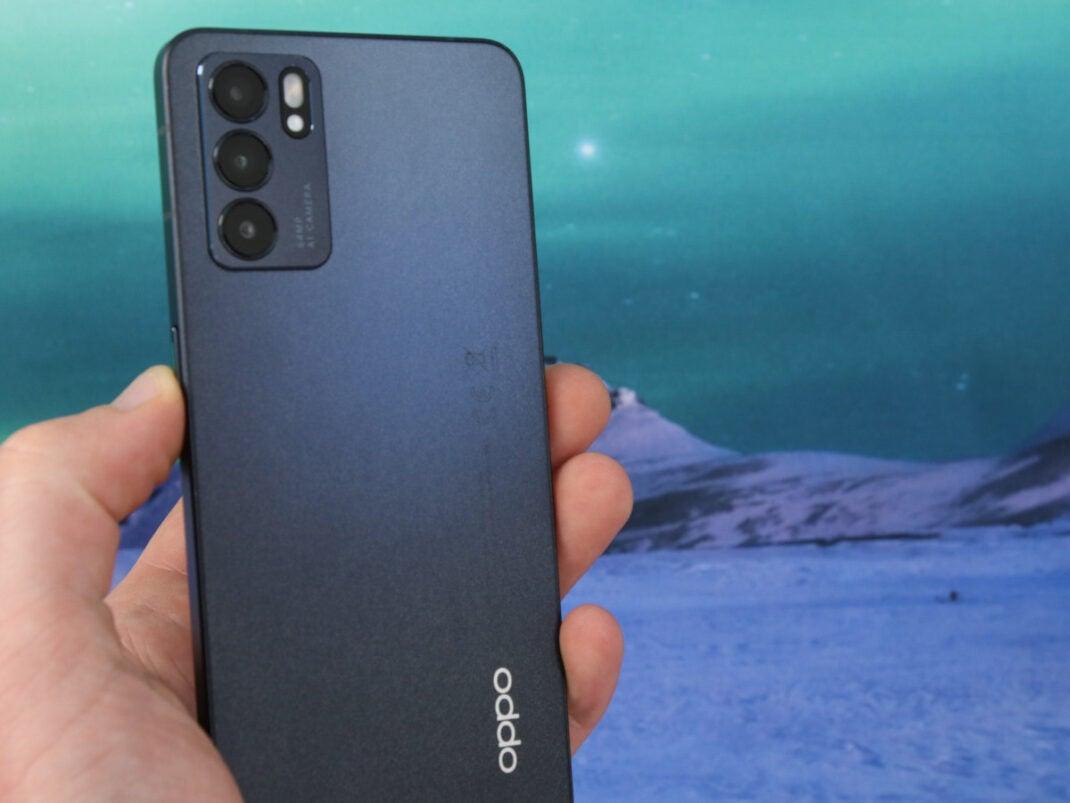 Rückseite des Oppo Reno6 5G in der Hand