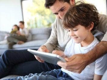 Papa und Kind mit einem Tablet