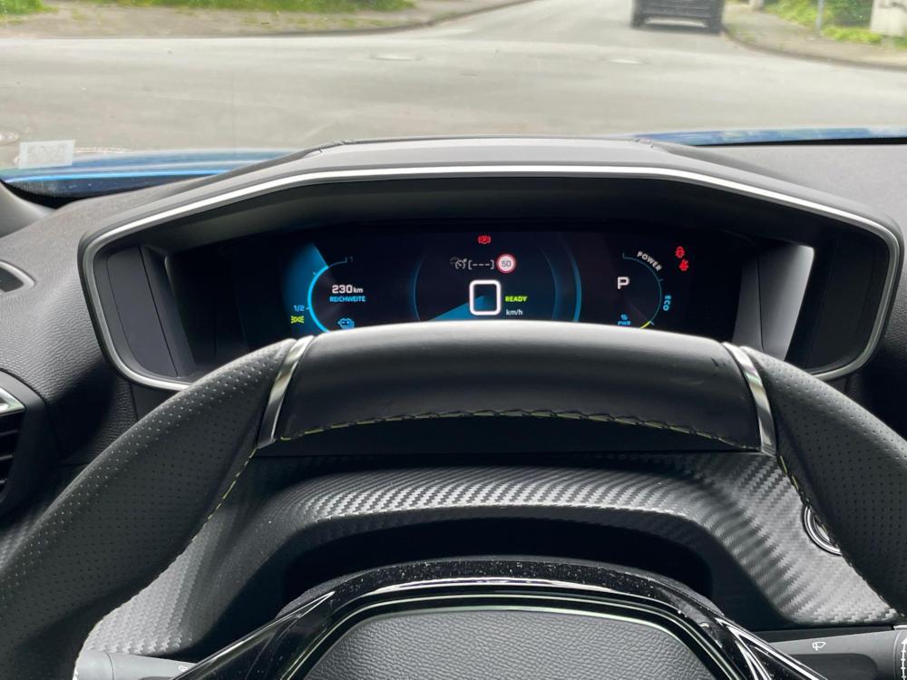 Peugeot e-2008 GT eingeschränkte Sicht hinter Lenkrad