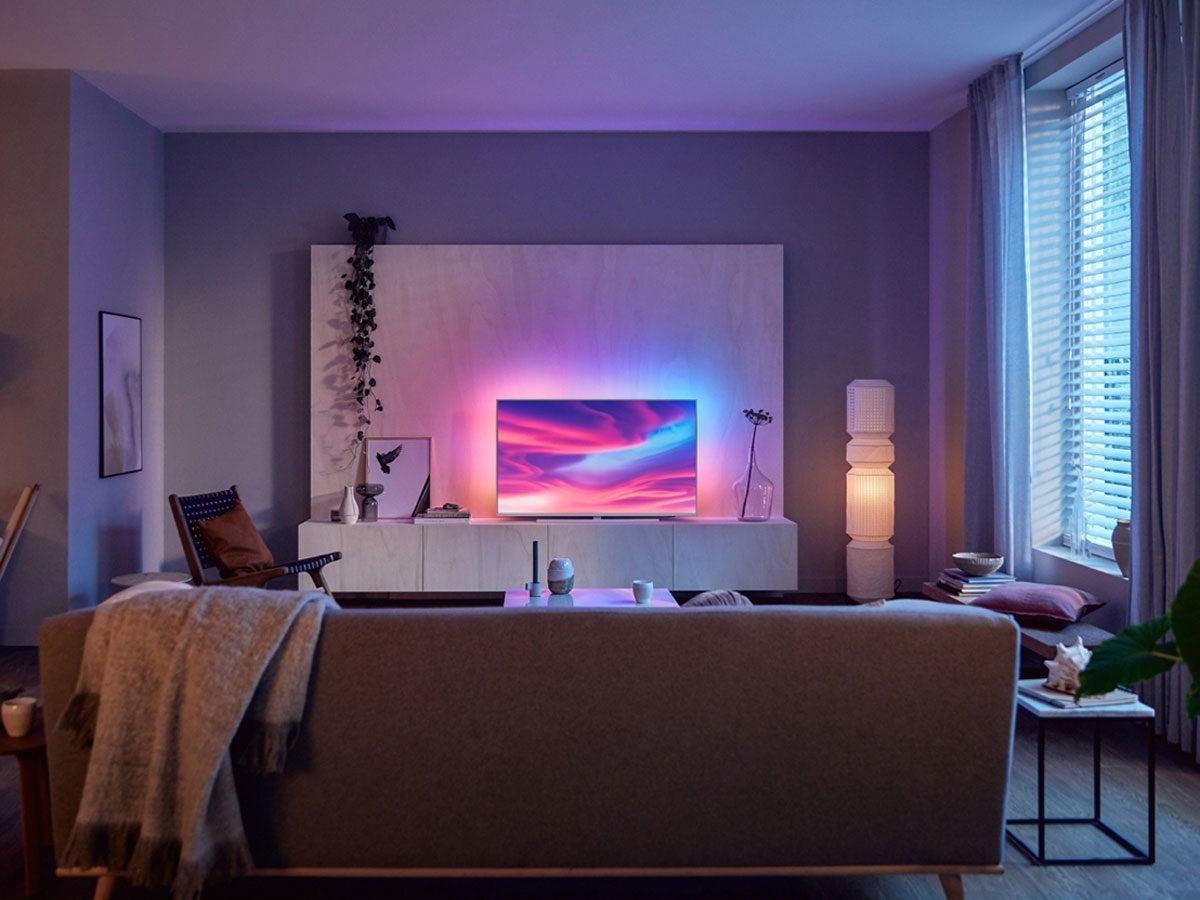 Philips Ambilight Fernseher im Wohnzimmer