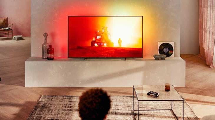 Ein Fernseher leuchtet in TV-Inhaltes