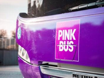 Front eines Pinkbus-Busses mit Logo.