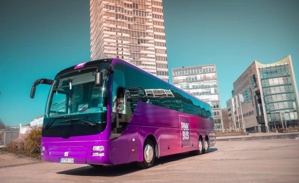 Pinkbus-Bus steht vor dem Kölner Mediapark.