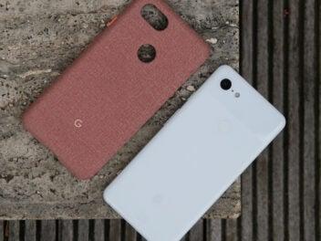 Google Pixel 3 XL auf der Rückseite neben einer Hülle