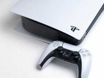 PlayStation 5 und Controller auf weißem Grund