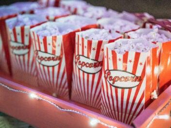 Popcorn in bunten Tüten