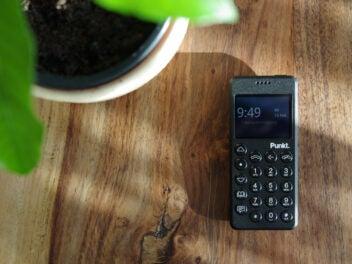Punkt MP 02 auf einem Holztisch mit Pflanze