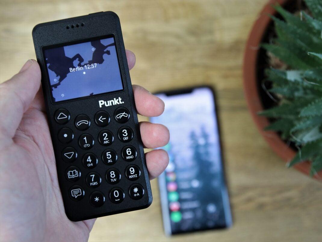 Punkt MP02 und Huawei Mate 20 Pro im Hintergrund