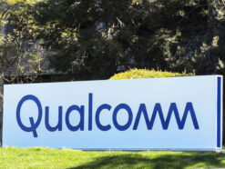 Qualcomm Schild vor Zentrale in den USA