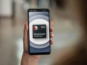 Qualcomm-Logo des Snapdragon 765 auf einem Smartphone
