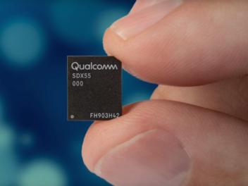 Microchip zwischen Daumen und Zeigefinder