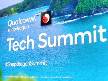 Qualcomm-Logo des Tech Summit 2019 auf einer Leinwand