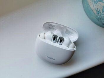 Die Bluetooth-Kopfhörer Realme Air Buds 2 in ihrem weißen Ladecase.