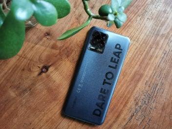 Realme 8 Pro von hinten auf einem Holztisch