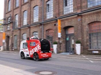 Rewe Snack Mobil während der Fahrt.
