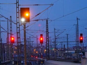 Rote Signale im Gleis.