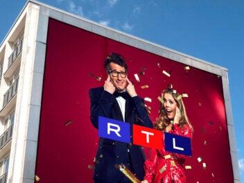 RTL Plakat mit neuem Logo an einem Hochhaus.