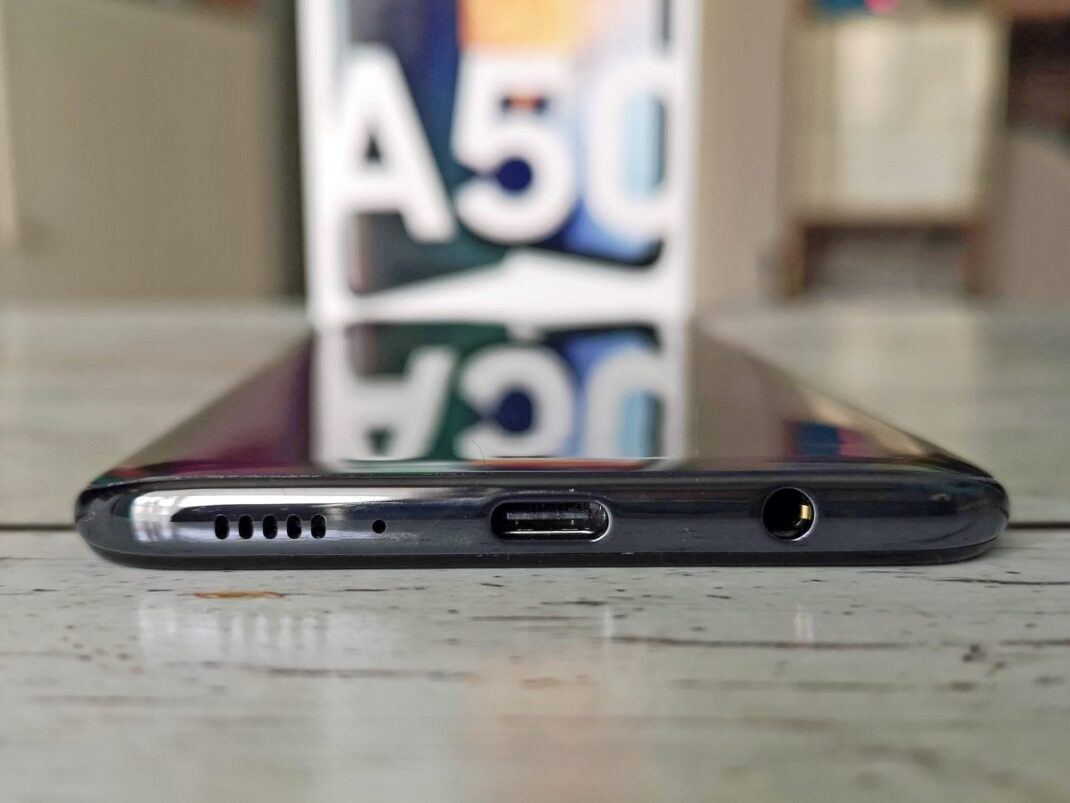 Die Anschlüsse am unteren Rand des galaxy A50: Ein Lautsprecher, USB-C und eine Klinkenbuchse.