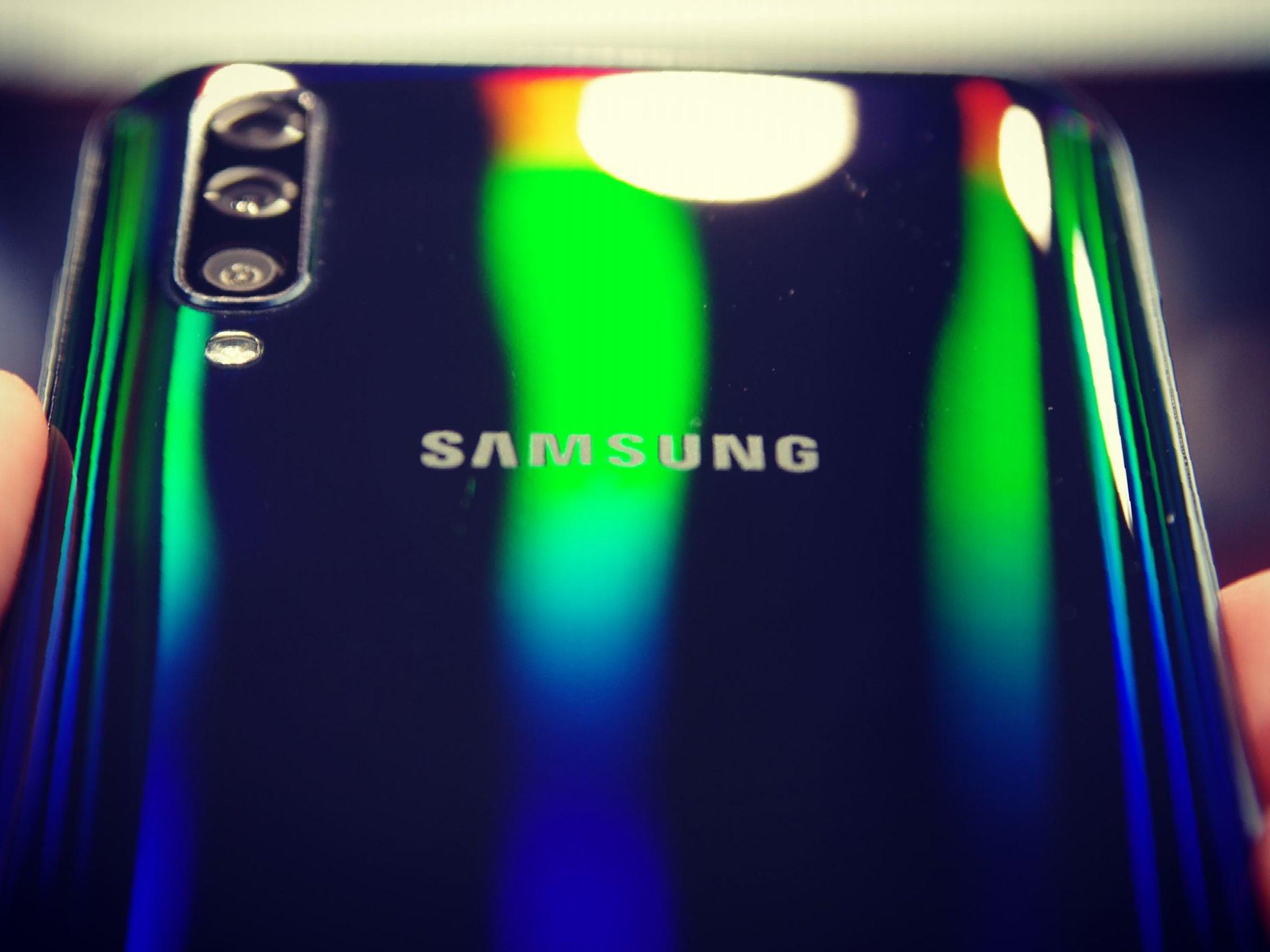 Samsung Galaxy A50 mit Regenbogen-Effekt