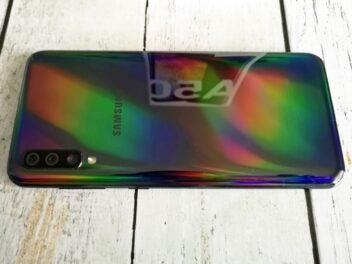 Die dunkle Rückseite des Galaxy A50 schimmert in Regenbogenfarben.