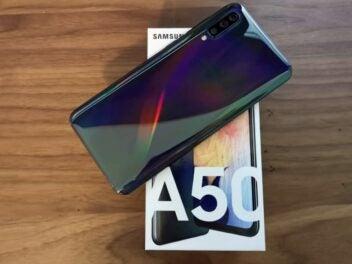 Die Rückseite und der Karton des Samsung Galaxy A50