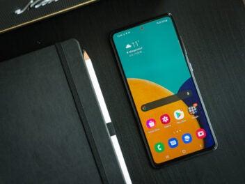 Das Samsung Galaxy A52 gehört bei der Stiftung Warentest zu den besten 10 Smartphones des Jahres 2021