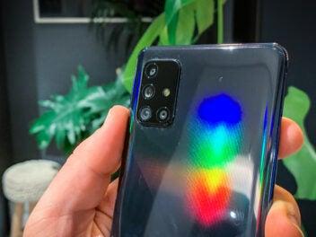 Das Samsung Galaxy A71 im Test in der Hand