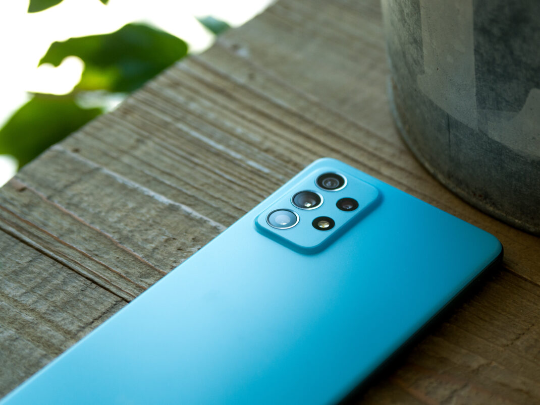 Die Rückseite des Samsung Galaxy A72 samt schön integrierter Kamera.