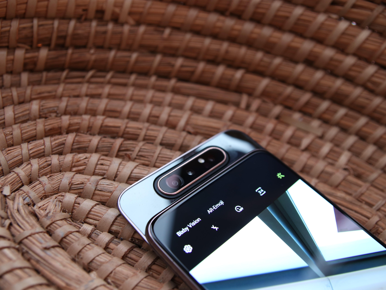 Das Smartphone Samsung Galaxy A80 mit eingeschaltetem Display