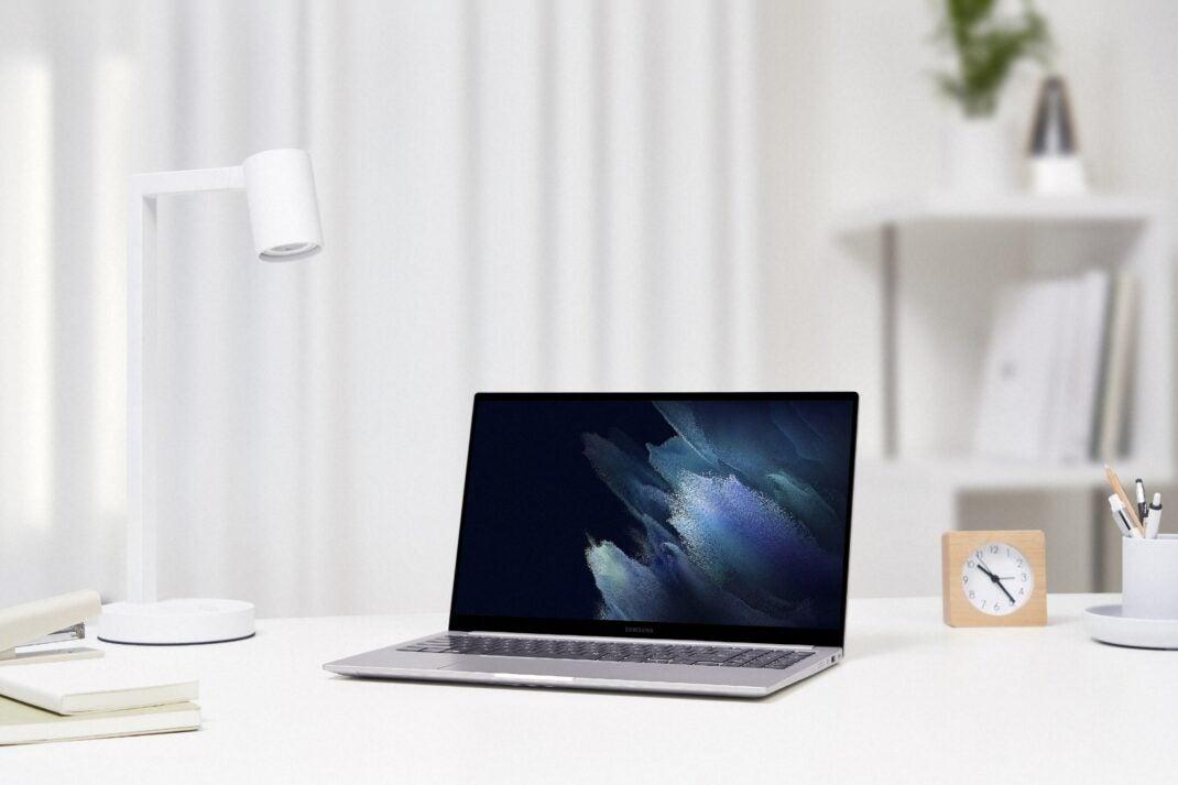 Das Samsung Galaxy Book auf einem weißen Tisch in Szene gesetzt