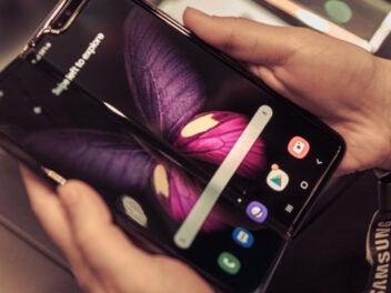 Samsung Galaxy Fold in einer Hand