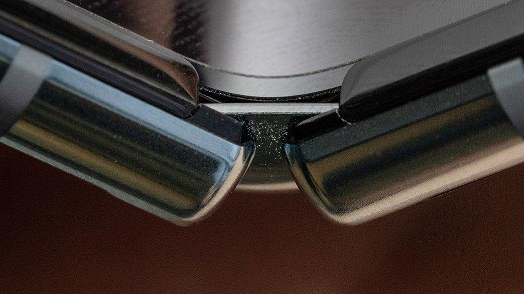 Scharnier des Samsung Galaxy Fold zeigt deutliche Lücken.