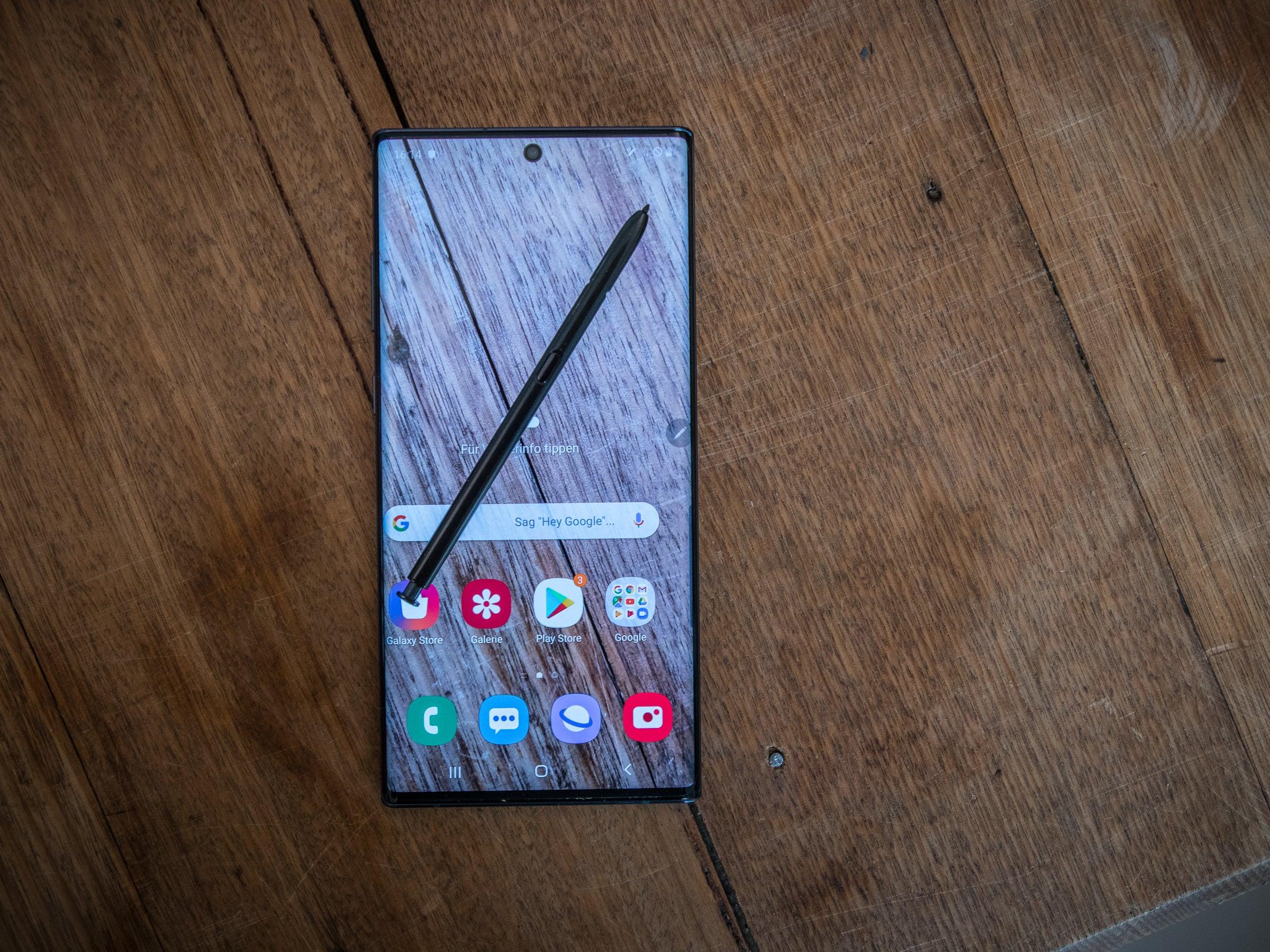 Samsung Galaxy Note 10+ auf einem Tisch